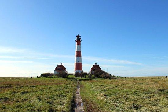Der Westerhever Leuchtturm ist das Wahrzeichen der Halbinsel Eiderstedt und eines der beliebtesten Ausflugsziele rund um Sankt Peter-Ording. Entweder du fährst mit dem Rad hierher - oder du machst einen Spaziergang entlang der Salzwiesen.