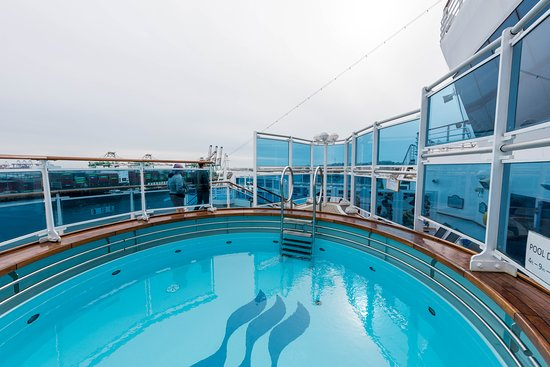 """Chill Out"" Family Splash Pool on Emerald Princess"