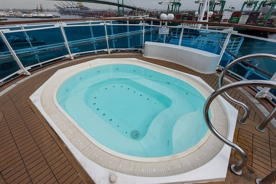 """""""Chill Out"""" Family Splash Pool on Emerald Princess"""