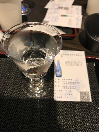 カウンターにてグラスに注いで提供(八重垣純米大吟醸青乃無)