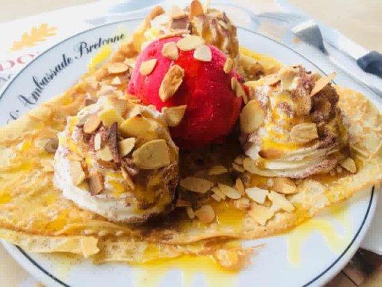 Crêpe plaisir : poire, caramel au beurre salé, amandes grillées, boule de glace artisanale framboise et chantilly