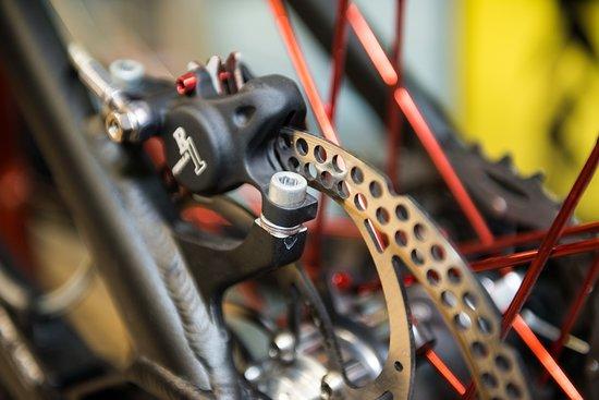 The Lab Bike Wellness a Riva del Garda è un'officina attrezzata per qualsiasi tipo di riparazione per mountain bike, bici da corsa, e-bike