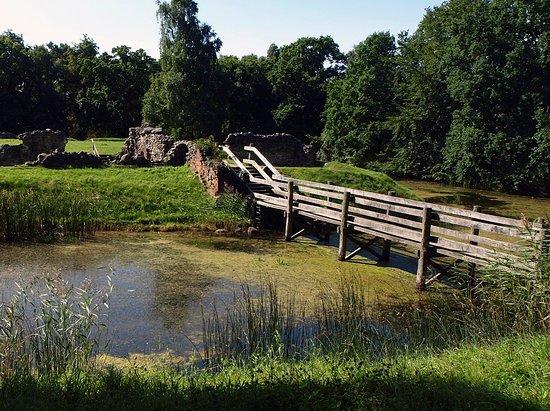 Helsinge, Denmark: Broen på Asserbo slotsruin.