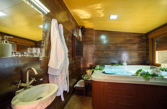 Laroya, Spain: Baño con jacuzzi en La Casa al Revés