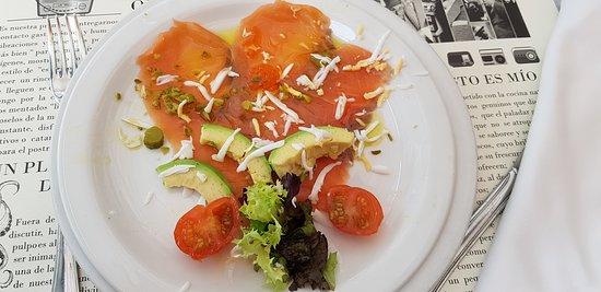 Ensalada de salmón ahumado con verbena de lechuga y aguacate