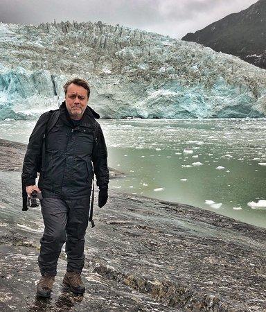 Chilean Patagonia, Chile: Un posado frente al glaciar Pia, en la cordillera #Darwin de la Patagonia chilena. Si la pared de hielo impresionaba, más aún lo hacía el continuo ruido de los bloques al desmoronarse. Y es que el Pia es un glaciar muy activo.