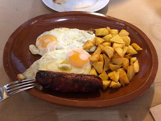 Benaocaz, España: Huevos con patatas y chorizo