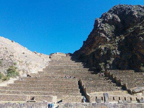 Ollantaytambo, la fortaleza más importante del valle sagrado, subiremos hasta lo alto para apreciar la magnitud del imperio de los Incas