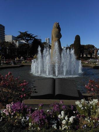 水の守護神像と記念碑