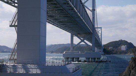 Michi-no-Eki Uzushio: 道の駅うずしおの裏からみた鳴門大橋