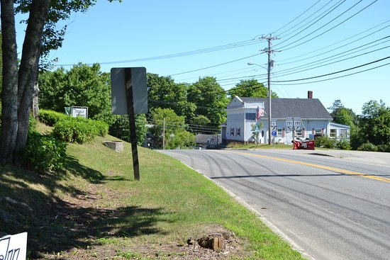 East Machias, Μέιν: Route 1 as it passes by the inn - looking eastward
