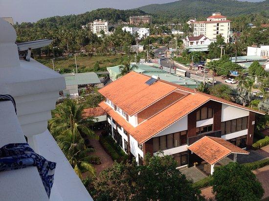 Ola Phu Quoc Hotel: Vägen in till centrum, sett från balkong!