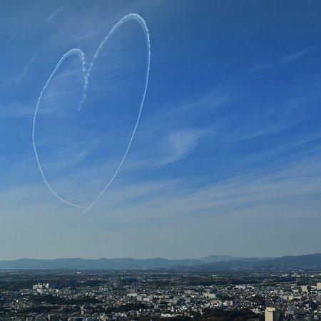 11月の航空祭でブルーインパルスが大空に描いたハート。展望台からだと、こんな風に見えました。
