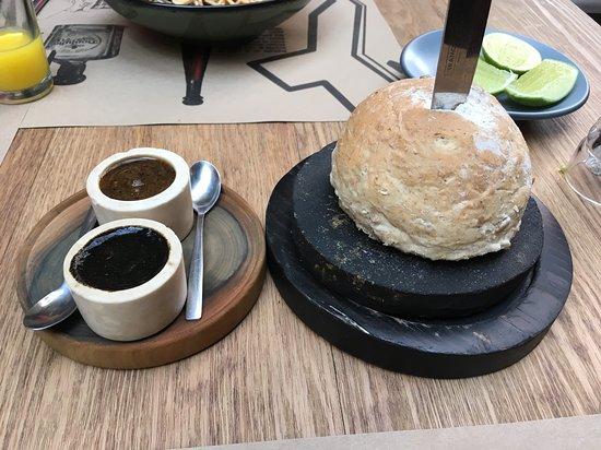 La Encomienda: Salsas y Pan