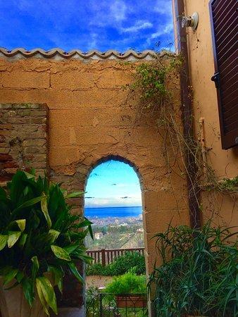 Montesilvano Colle, อิตาลี: .....paesaggi d'Abruzzo: fra mare e cielo 😍