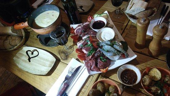 Fonduta di formaggio e bourguignon di carne e pesce