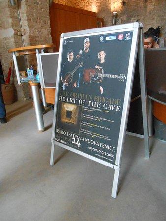 gruppo di cantanti americani rimasti impressionati da una visita casuale di queste splendide grotte