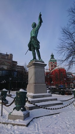 Karl XII staty Kungstradgarden: Karl XII med S:t Jakobs kyrka i bakgrunden