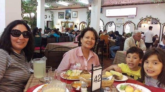 Guayllabamba, Equador: Nuestros clientes 💕🌹 #RestauranteElRiobambeñito Gracias por su visita!!