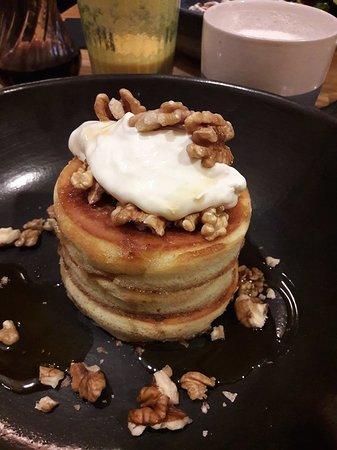 Coldrip Food & Coffee: Pancakes bien épais avec une chantilly à base de mascarpone vraiment délicieuse !