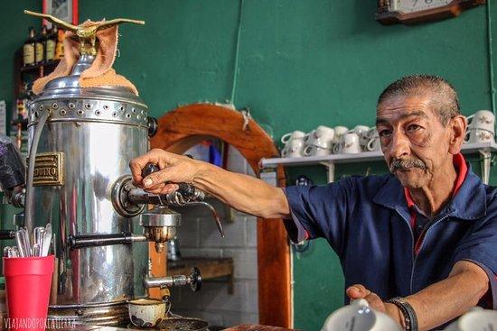 LO MEJOR DE SALAMINA EN EL EJE CAFETERO Este pequeño pueblo del eje cafetero tiene una de las invenciones que quizás muchos colombianos desconozcan, dos productos que nacieron en esta cafetería, se trata ni mas ni menos, que de la Macana y del Huevos al Vapor. La macana consiste en poner galletas de agua en una taza, agregar azúcar y leche fría, derretir las galletas y calentar la leche con la vaporera de la cafetera y al finalizar espolvorear canela y agregar una cuchara untada en mantequilla.