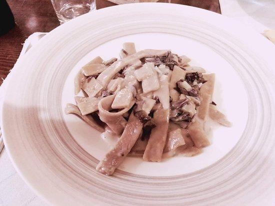 Arsoli, อิตาลี: pasta fatta di castagne con radicchio e gorgonzola