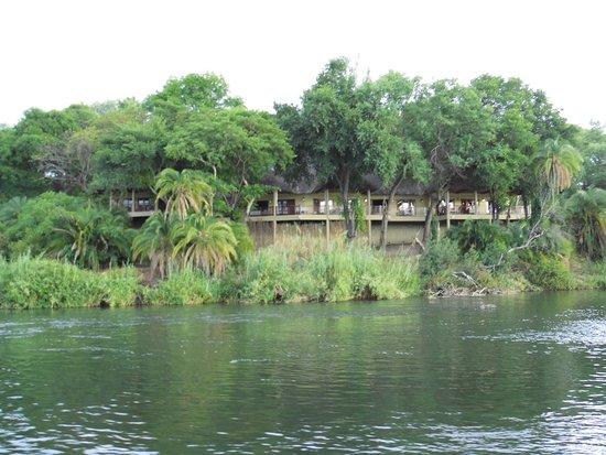 Divava Okavango Lodge & Spa: Ansicht vom Wasser aus