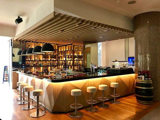 Atrium Bar 317