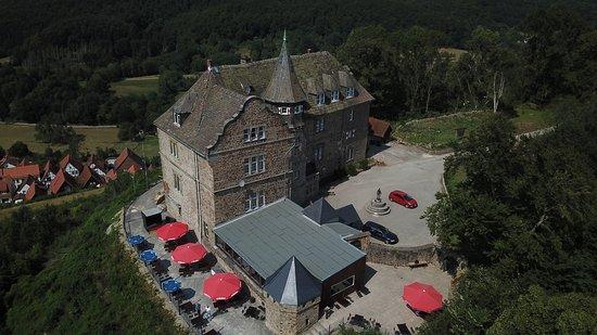 Schieder-Schwalenberg, Tyskland: Das Burgrestaurant hat bei gutem Wetter die Außenterasse geöffnet von der man einen fatastischen Ausblick hat.