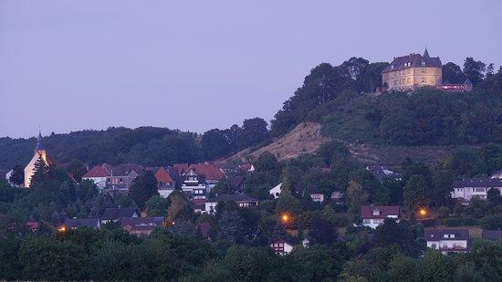 Schieder-Schwalenberg, Tyskland: Am Abend sieht die beleuchtete Burg eindrucksvoll aus