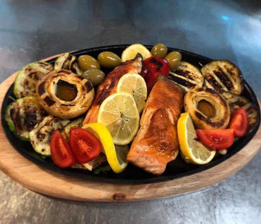 Sky garden: Losos sa grilovanim povrćem. Salmon with grilled vegetables.