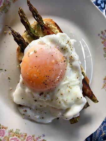 Tostada con espárragos envueltos en panceta y huevo muy bien hecho