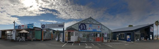 โทะกุชิมะ, ญี่ปุ่น: 徳島新鮮なっとく市は、地元の海鮮・ブランド肉などを中心に、釣り・BBQ・レストラン・物産館・カヤックなどが楽しめる食のテーマパークです。釣り・BBQは 手ぶらで楽しむことができ、釣りで釣ったお魚はBBQやレストランで食べて帰ることもできます。なっとく市オリジナルの商品やUFOキャッチャーなどもあり、子どもから大人まで遊んで食べて楽しんでいただけます。