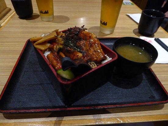 Ein Ramen mit gegrillten Teriyaki Aal mit Miso-Suppe als Menü und Getränk