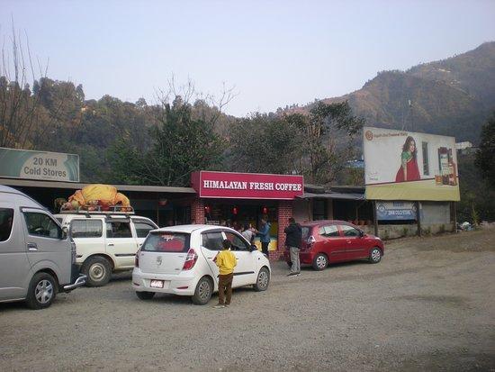 Naubise, Nepal: 2019年1月 Himalayan Fresh Coffee 敷地内にスナック菓子などの売店もあり