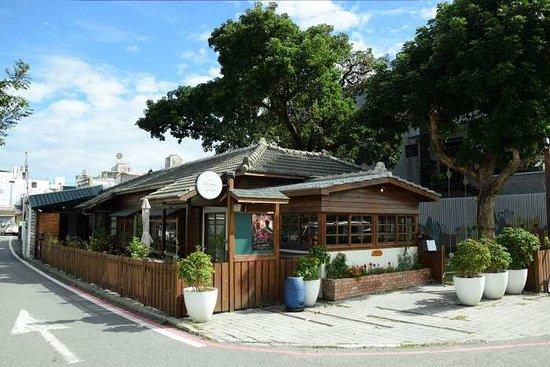日式老屋というそうだ。古い日本建築をリノベーションして、店舗として使うのが、台湾の最先端の流行なのだろう。