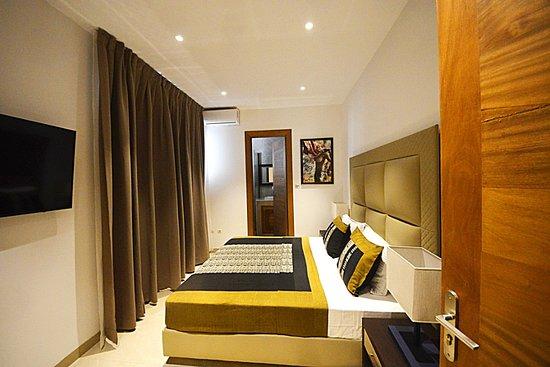 Dakar, Senegal: Chambre standard, lumineuse, sobre et épurée, équipée d'un mobilier contemporain astucieusement étudié pour votre confort