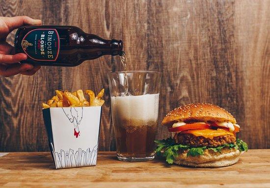 Les Burgers De Papa: La Binouze de Papa, ses frites et le Tête de Lard végétarien (galette de céréales, cheddar, roquette, tomate, sauce béarnaise).