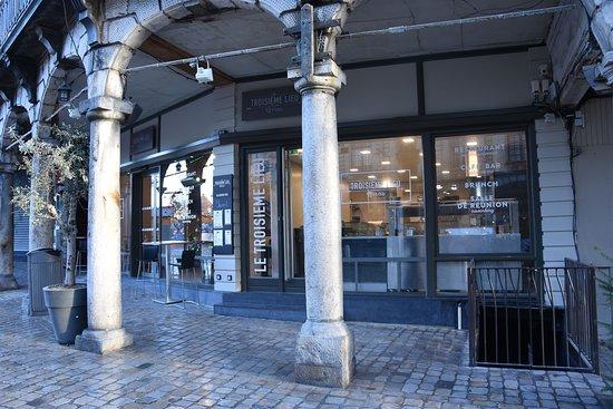 Le Troisieme Lieu: Situé entre les deux places historiques de la ville d'Arras, Le Troisième Lieu vous accueille du lundi au dimanche, du petit déjeuner au dîner !