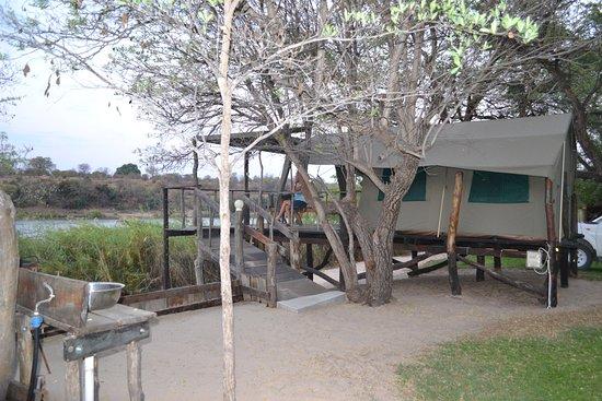 Rundu, Namibia: Unsere Unterkunft: Das aufgeständerte Zelt mit Doppelbett und Terrasse mit Blick über den Okavango.