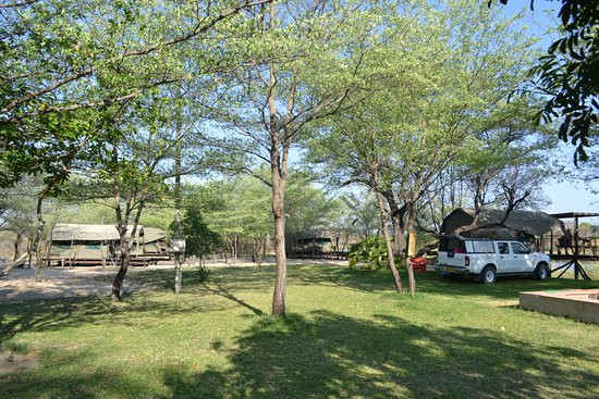 Rundu, Namibia: Die Zelte und Campingplätze des Camp Hogo Kavango liegen in einer Grünanlage.