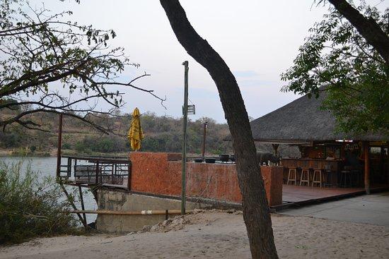 Rundu, Namibia: Auch das Restaurant / die Bar mit Außenterrasse liegen direkt am Okavango.