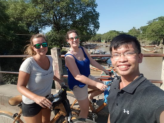 Oblast Rangún, Myanmar: Our tour guide Duy with two Dutch guests, enjoying their Dala Discovery Tour