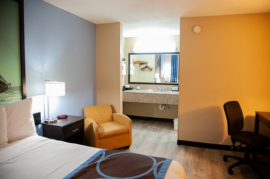Smoking King Bed  - Picture of Super 8 by Wyndham Crestview, Crestview - Tripadvisor