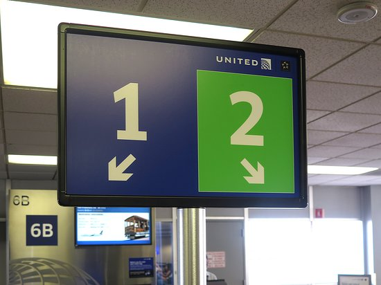 United Airlines: UA2352 PHX to SFO 737-900 - PHX Airport Gate 6B Monitors w/ New Boarding Lane Configuration