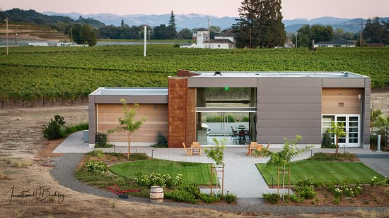 Geyserville, Kalifornie: Aerial drone photo of the tasting room. Courtesy of Elevar Pictures.