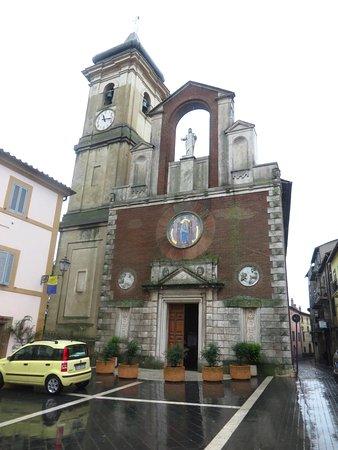 Farnese, Itálie: La facciata risalente al secolo scorso con accanto il campanile settecentesco