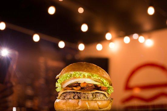 """Hamburguesas Pecado Capital - Normandia: La """"envidia"""" es mejor comersela que sentirla! Pan a base de papa, carne 100% de res, queso Paipa y longaniza."""