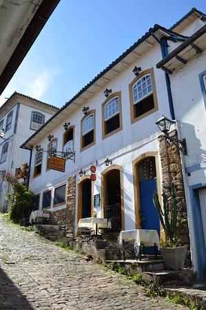 Nosso restaurante está localizado em um casarão centenário no centro histórico da cidade de Ouro Preto, um espaço aconchegante para tornar seus momentos ainda mais especiais