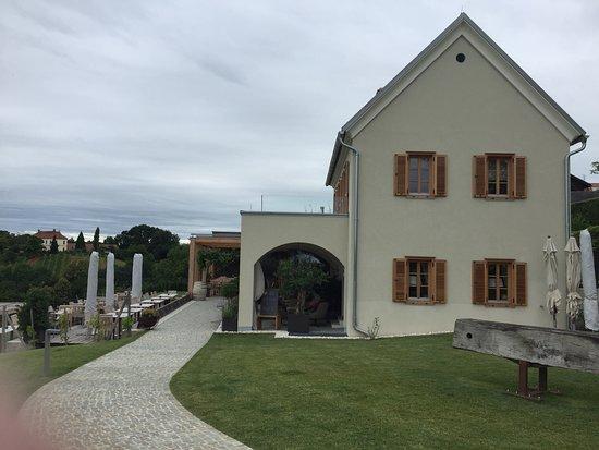 Leibnitz, ออสเตรีย: Schönes Haus, mit viel Geld saniert und erweitert, wunderbarer Blick in die Landschaft und die umliegenden Weingärten. Angenehme Atmosphäre im Lokal und im Freien, bestens besucht und bei Schönwetter am Wochenende Treffpunkt der Gesellschaft